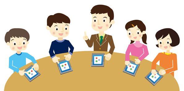Schulkinder einer Tabletklasse mit ihren Geräten