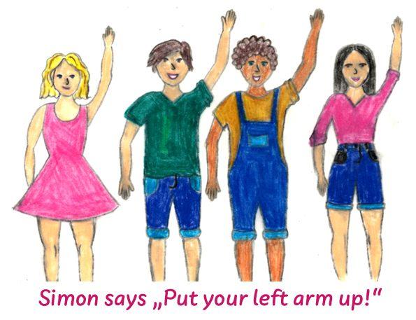 Schulkinder heben ihre Arme im Spiel 'Simon says'. Das Spiel fördert das Hörverstehen.