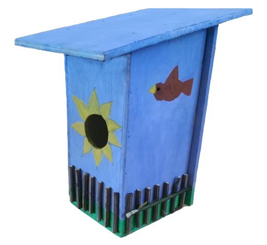 So sehen die Nistkästen aus: Beispiel eines im Unterricht gebauten Nistkastens mit einer Sonne als Einflugloch