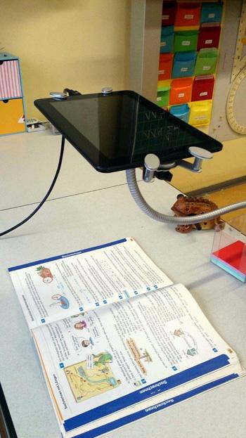 Dokumentenkamera über einem Buch während des Unterrichts in der Tabletklasse