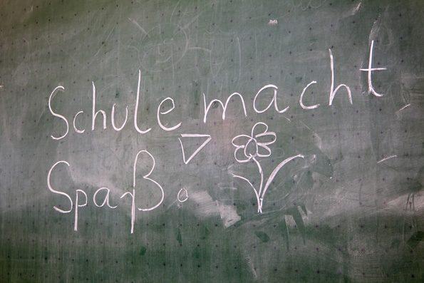 """Tafel mit der Aufschrift """"Schule macht Spaß"""". Damit als Lehrer nach einem Schulwechsel schnell wieder Freude an der Arbeit, sollten einige Tipps beachtet werden."""