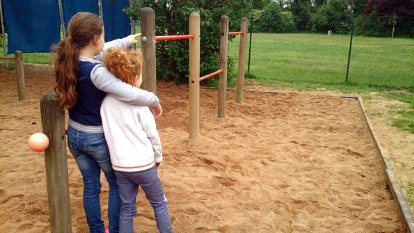 Patenklassen: Mädchen aus einer dritten Klasse umarmt ihr Patenkind aus der ersten Klasse