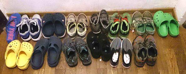 Schuhe in Reih und Glied auf der Klassenfahrt