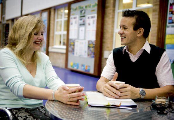 Zwei Lehrer im Gespräch - so kann gute Zusammenarbeit aussehen