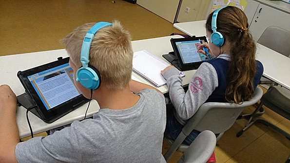 Kinder aus der Tabletklasse recherchieren in Kindersuchmaschinen.