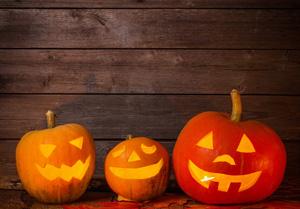 Drei Kürbisse, die stellvertretend für Halloween stehen.