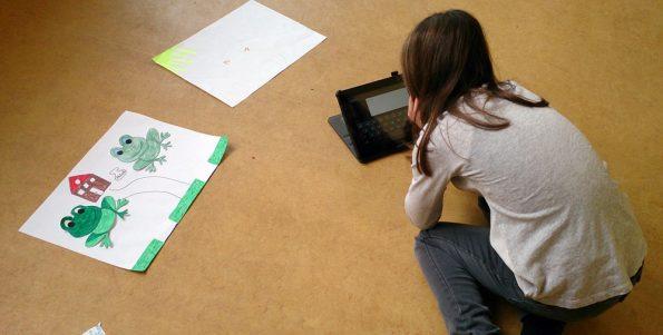 Eine Schülerin der Tabletklasse arbeitet mit der App Book Creator.