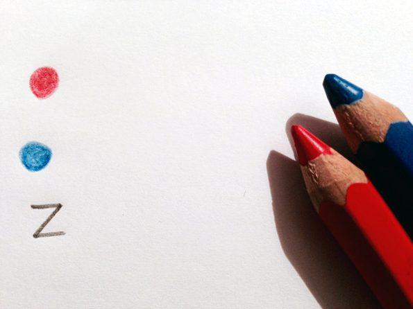 Ein roter und ein blauer Punkt stehen stellvertretend dafür, für welche Fächer Hausaufgaben zu erledigen sind.
