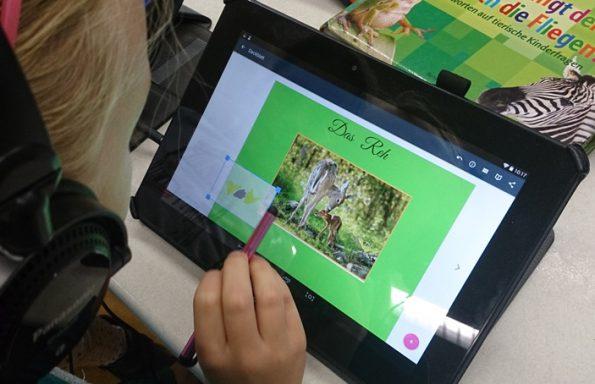 Mädchen erstellt eine Präsentation auf einem Tablet in der Tabletklasse.