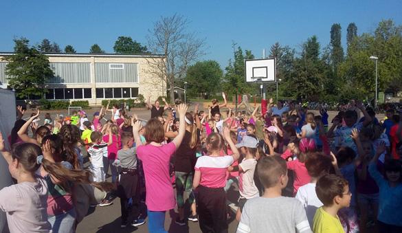 Die Bewegungstage finden statt: Auf dem Schulhof wird getanzt und gefeiert.
