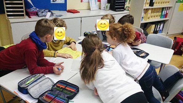 Sechs Kinder sitzen in einem Klassenraum an einem Gruppentisch. Die Sitzordnung wurde ausgelost und wir alle 14 Tage gewechselt.
