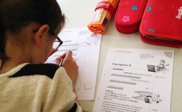 Eine Schülerin der Tabletklasse füllt in der Unterrichtseinheit Chat ein Arbeitsblatt aus.