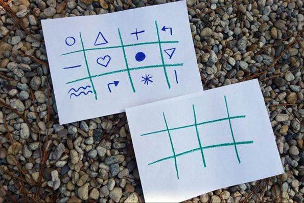 Vorlage und ein leeres Memoryblatt liegen auf Kieselsteinen. Sie dienem dem Training der Ausdauer.