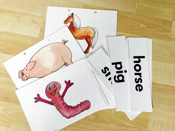 Wortkarten auf einem Tisch als Möglichkeit für Spiele mit Flashcards.