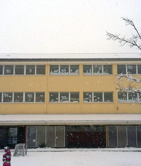 Das Schulgebäude als Adventskalender
