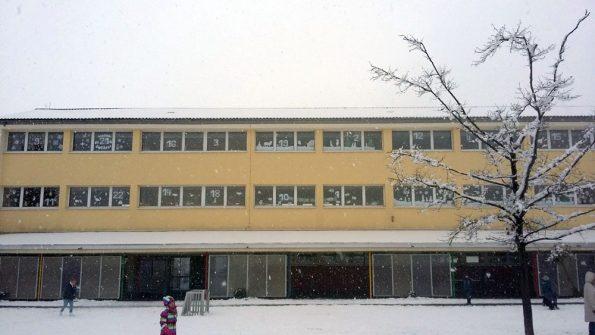 Schulgebäude als Adventskalender mit Zahlen in den Fenstern.