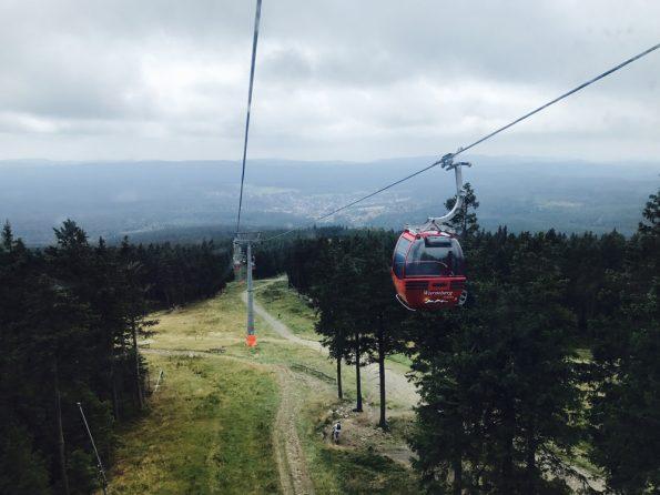 Seilbahn im Harz auf dem Wurmberg, die die Kinder auf ihrer Klassenfahrt wieder zurück ins Tal bringt.