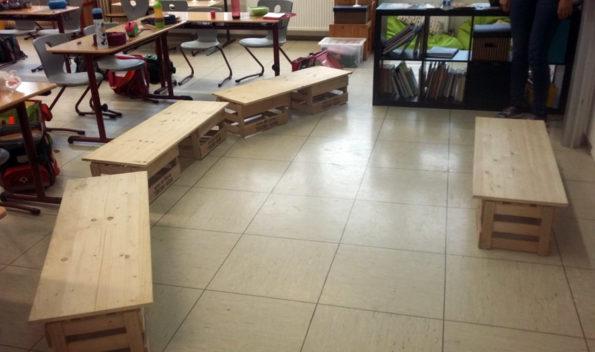Sitzbänke aus Leimholz und Weinkisten, die schnell zu bauen sind.